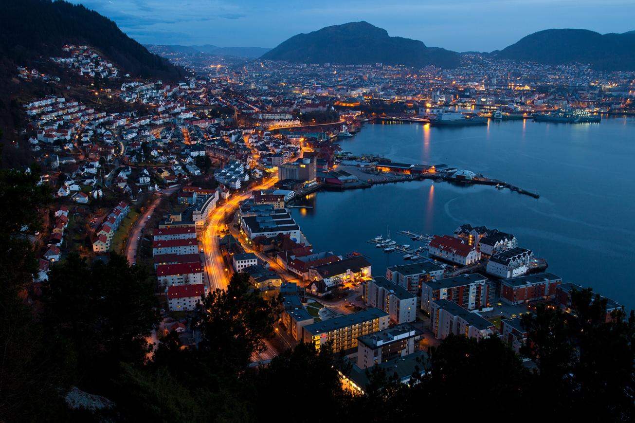 Bergen_Sandviken,_Norway_at_night